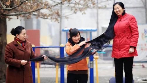 Ни Линмей – 2,5 м Китаянка Ни Линмей обогнала Анну Янко всего на 40 сантиметров. Длина ее волос составляет 2,5 метра, что, однако, не делает ее обладательницей самых длинных волос в Китае. Свою роскошную шевелюру Линмей отращивала более 14 лет, тщательно ухаживая за волосами и «убивая» на их расчесывание по несколько часов в день. Женщине даже предлагали купить ее волосы за приличную сумму, но она отказалась. И Линмей можно понять: только представьте, сколько сил и терпения вложено в эту косу!
