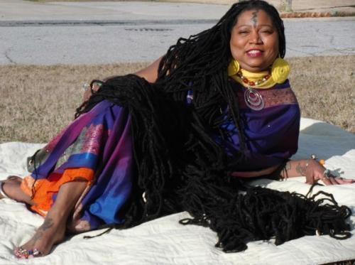 Мандела – 2,6 м Ашу Манделу называют «Черной Рапунцель», и это прозвище вполне объяснимо. Длина волос американки достигает 2,6 метра, благодаря чему в 2008 году она вошла в Книгу рекордов Гиннеса как обладательница «Самых длинных в мире дредов». Аша начала отращивать волосы после переезда в Нью-Йорк, когда ей исполнилось 20 лет. Делала она это не ради славы или моды. По словам Аши, на тот момент отращивание волос стало для нее своего рода «духовным путешествием». За долгие годы, пока ей приходилось носить на голове увесистую копну волос, она успела к ней привыкнуть. Сейчас женщина тратит на мытье своих дредов примерно 6 банок шампуня за раз, а на полное высыхание волос уходит двое суток!