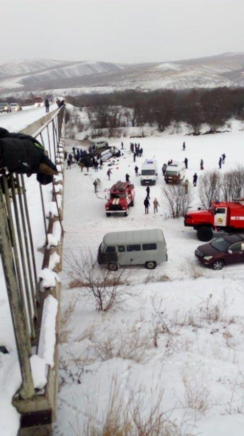 В Забайкалье автобус с людьми упал с моста: 15 погибших