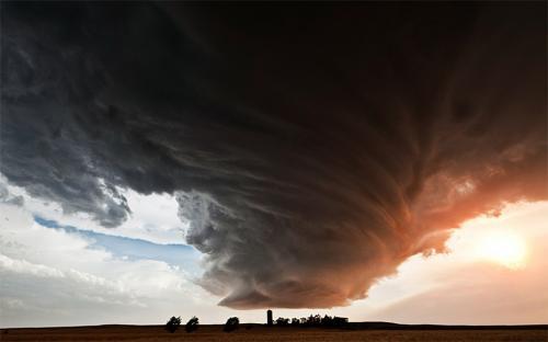 2. В то время как подавляющее большинство людей старается как можно быстрее и дальше бежать от штормов и бурь, некоторые отправляются в самый центр климатических аномалий. Для одних охотников за бурями такие рискованные путешествия являются хобби. Ученые же, метеорологи и журналисты рискуют жизнью по долгу службы. Получают они за нее около 5100 долларов в месяц.