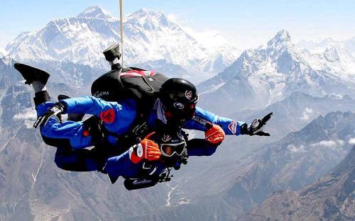4. Можно платить несколько сотен долларов за прыжок с парашютом с самолета, но можно зарабатывать до 2000 долларов в месяц, работая инструктором по парашютному спорту и делая это каждый день.