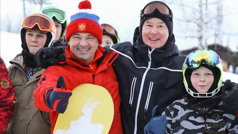 Андрей Воробьев и Сергей Собянин покатались на лыжах и сноубордах с юными спортсменами