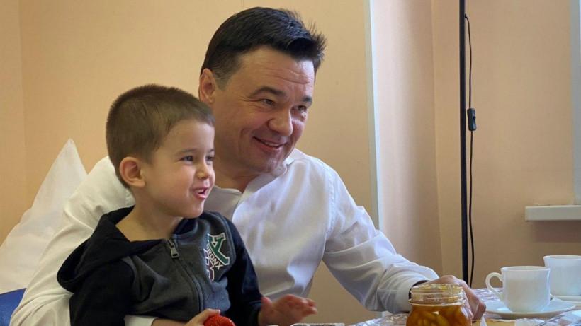 Андрей Воробьев навестил детей, брошенных в аэропорту Шереметьево