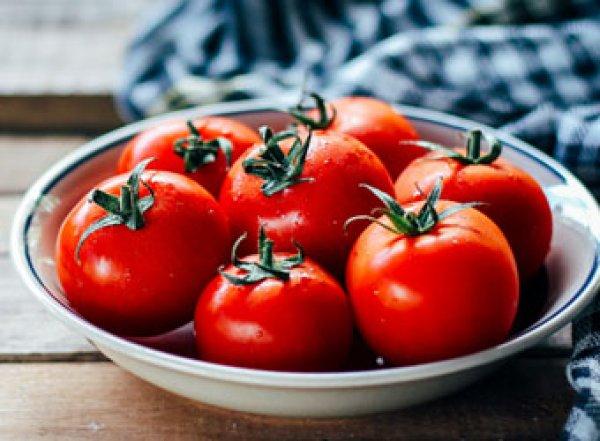 Диетологи рассказали, чем опасны помидоры