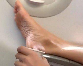 Голая нога в самолете прославила пассажира в соцсетях