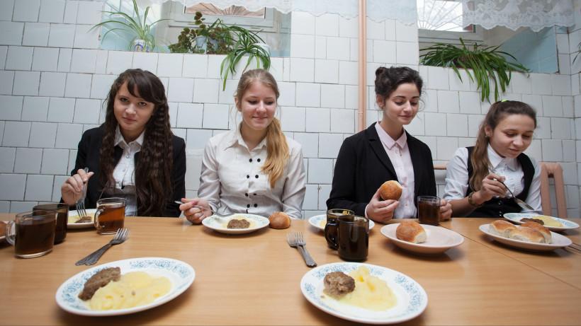 Ученицы обедают в столовой в Средней общеобразовательной школе №6 в Зарайске.