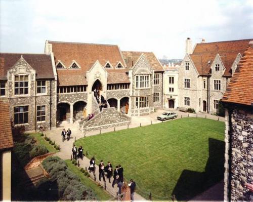 2. Королевская школа в Кентербери, Англии является старейшей школой мира. Она была основана в 597 году н.э. Однако сегодня эта школа оснащена качественным оборудованием и предлагает современное образование.