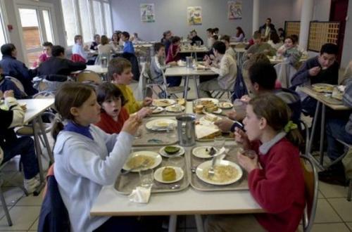4. Прием пищи во Франции считается частью процесса обучения. Дети не только изучают разные продукты и то, откуда они появляются (многие из них выращивают в школе), но и правила поведения и этикет за столом.