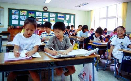 5. Ученики в Южной Корее должны оставаться и помогать убирать класс после уроков. Никто не уходит из класса, как только заканчиваются уроки.