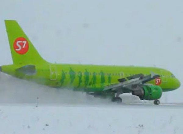 Пассажирка посадила самолет в Домодедово и угрожает взрывом 200 человек