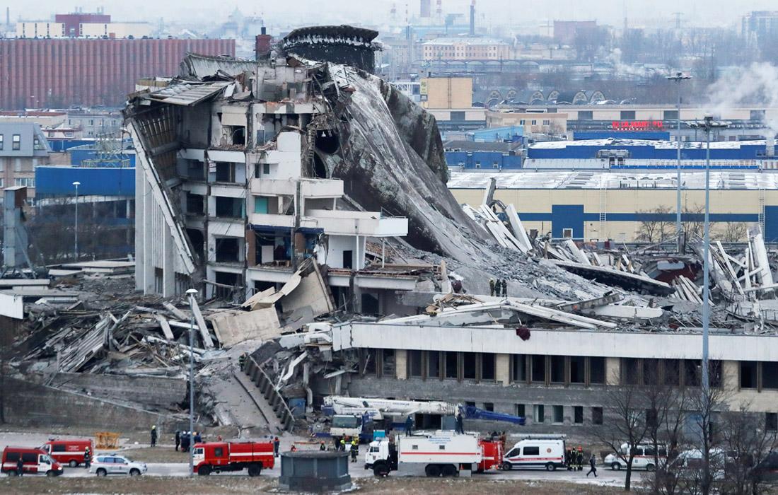 """""""Резал крышу, на которой стоял"""": обрушение крыши спорткомплекса в Санкт-Петербурге попало на видео"""