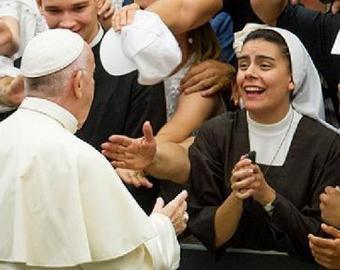Римский Папа поцеловал монахиню, которая пообещала «не кусаться»
