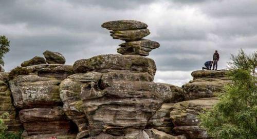 2. Уникальный памятник под названием Бримхемская формация камней (Brimham Rocks) в Северном Йоркшире природа создавала более 320 млн лет. И еще столько же лет он мог бы простоять, радуя прибывающих к нему туристов, если бы не группа местных подростков. Им показалось, что будет забавным столкнуть камень со скалы, в результате чего тот разбился и разлетелся на мелкие кусочки.