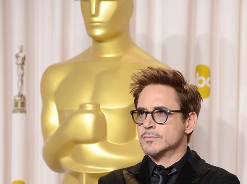 Роберт Дауни-младший Само имя Роберта Дауни-младшего ассоциируется у зрителя с успехом фильма с его участием. Это подтверждает тот факт, что весьма посредственные «Солдаты неудачи», где актер сыграл роль второго плана, была отмечена критиками и принесла ему номинацию на «Оскар». А ведь Дауни-младший был замечен Американской киноакадемией задолго до того, как стал звездой вселенского масштаба. В 1993 году он был номинирован на приз лучшему актеру за фильм «Чаплин». Теперь же у всех он ассоциируется с ролью Тони Старка в фильмах киновселенной Marvel, а такие картины, как известно, не в почете у «оскаровского» жюри.