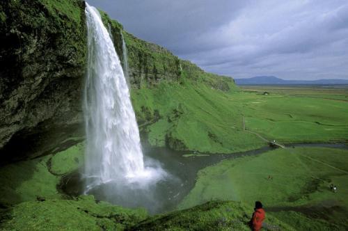 Исландия Сценарий апокалипсиса: уничтожение планеты Будь то астероид или другая опасность извне, угрожающая вызвать серьезные разрушения планеты, убежище от нее лучше искать в Исландии. Горные реки, подпитываемые ледниками, обеспечат водой и провиантом, а подземное тепло вулканов можно использовать во благо и выращивать те же бананы. Бесконечные зеленые луга, огромные природные запасы пресной воды и чистейший воздух — весомые аргументы в пользу того, чтобы начать отстраивать мир именно с этого места.