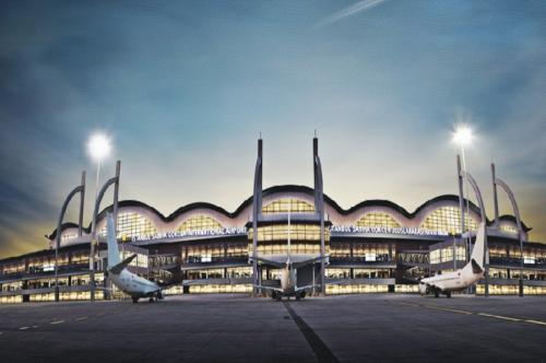 Стамбул, Турция Сценарий апокалипсиса: сильнейшее землетрясение По одному из сценариев апокалипсиса мир разрушит мощное, «великое землетрясение». При таком раскладе шансы спастись минимальны, но они все же есть. Временным убежищем может стать Международный аэропорт имени Сабихи Гёкчен в Стамбуле. Его новый терминал является самым большим в мире сейсмоустойчивым зданием. Сооружение может выдержать землетрясение силой восемь баллов, да еще и полностью функционировать после него.