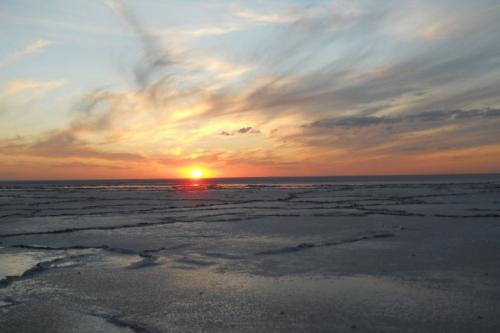 Озеро Эльтон, Волгоградская область Площадь этого странного озера — 150 квадратных километров. А глубина не превышает 10 сантиметров летом и 70 зимой. За это некоторые особо неромантичные особы называют его «великой соленой лужей». На озеро приезжают лечиться и любоваться причудливыми соляными пейзажами, которые создает здесь сама природа.