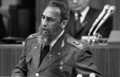 Хотя насчет точности приведенной выше цифры могут быть сомнения, нет сомнений в том, что партнеры Кастро исчисляются тысячами. Когда Анна Луиза Бардах спросила его в 1993 году для своей статьи, сколько у него детей, он ответил: «Почти племя». В ходе исследований для своей книги Бардах узнала о сильной привлекательности Кастро для противоположного пола, в годы до и после революции 1959 года. По сообщениям СМИ, поклонницы падали в обморок после того, как он с триумфом прибыл в Гавану после ранних поездок в США. Кастро объяснил Бардах, что секс он рассматривает как неотъемлемое право. Бардах сказала: «Я так и не смогла объяснить ему, почему возник скандал с Клинтоном и Моникой Левински. Он был по-настоящему озадачен тем, что обилие подруг может привести к каким-то политическим последствиям».