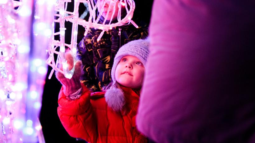 Фаер-шоу, конкурсы и концерт организовали для гостей фестиваля «Тепло» в Серпухове