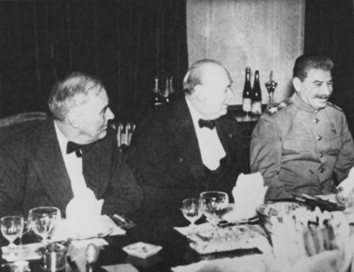 2. Иосиф Сталин не выносил запаха готовящейся еды Иосиф Сталин не переносил запаха готовящейся еды из-за того, что его мать была кухаркой. Для этого обслуживающий персонал вождя должен был проделывать определённые манипуляции. Кухня всегда была закрыта наглухо, если кто-то из прислуги забывал закрыть дверь кухни или открывал её более, чем на три секунды, полагалось суровое наказание.