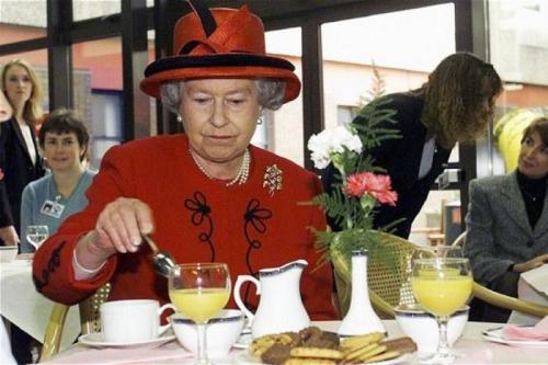 3. Королева Англии каждый день ест домашний торт Самое любимое блюдо действующего монарха Великобритании Елизаветы Второй - домашний шоколадный торт с печеньем. Как утверждают приближенные особы, королева ест это блюдо практически каждый день. Сложно поспорить с тем фактом, что такой торт - просто буйство быстрых углеводов и сахара. Однако королеве уже 93 года и находится она в отличном здравии. Искать отгадку можно долго, а крыться она, скорее всего, будет в первоклассной команде врачей, которые живут в резиденции королевы и находятся начеку в режиме 24/7.