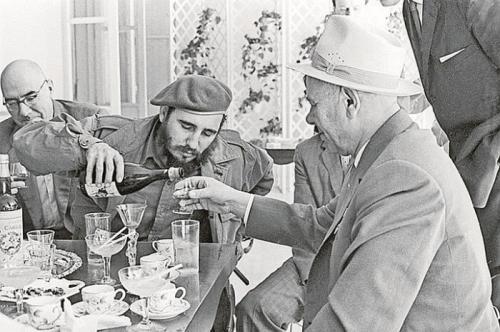 1. Фидель Кастро употреблял невообразимое количество кофеина и прожил до 90 лет У кубинского диктатора Фиделя Кастро в штате был специальный сотрудник, который обучал всех новеньких членов команды поваров команданте в любой момент быть готовым подать любимый напиток лидера. Готовился он так. Бралась маленькая кофейная чашечка для эспрессо, в нее клалось 8 чайных ложек растворимого кофе. Прямо туда тотчас добавлялся только что сваренный крепкий кубинский кофе. Получался совершенно не похожий на известные нам робусту и арабику жгучий напиток, который, по словам людей, окружавший команданте, никто ради забавы, эксперимента или на спор так и не смог даже глотнуть.