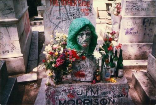 Джим Моррисон Бунтарь с душой индейца, Джим Моррисон стал символом американской рок-революции. Склонный к депрессиям, зависимый от наркотиков и алкоголя он ушел из жизни в 27 лет. Джима Моррисона похоронили в Париже. Периодически родным приходится обновлять могильный камень из-за пропажи или вандализма.
