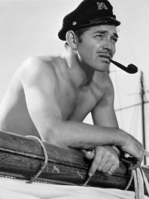 1930-е — сексуальная усатость Мир все больше подражает звездам. Идеал мужской красоты — подтянутая фигура с хорошей осанкой, широкими плечами, узкими бедрами, сильными мышцами. Знаменитые сексуальные усы-карандаш Кларка Гейбла стал выбривать каждый второй мужчина.