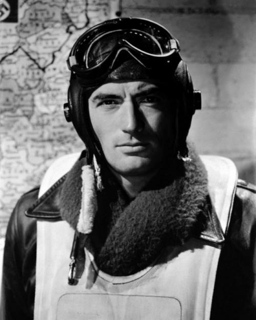 1940-е — мужественность военных лет Ключевой образ мужчины в годы Второй мировой войны — суровый, мужественный, затянутый в форму, без какой-либо растительности на лице, как того требовало военное время.