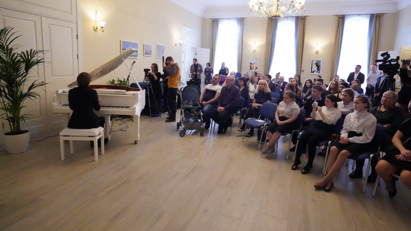 Концерт пианиста Дмитрия Маслеева провели в областном хосписе для детей в Домодедове