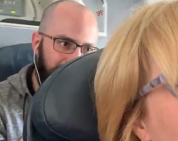 Конфликт пассажиров из-за откинутого кресла в самолете разделил Сеть на два лагеря