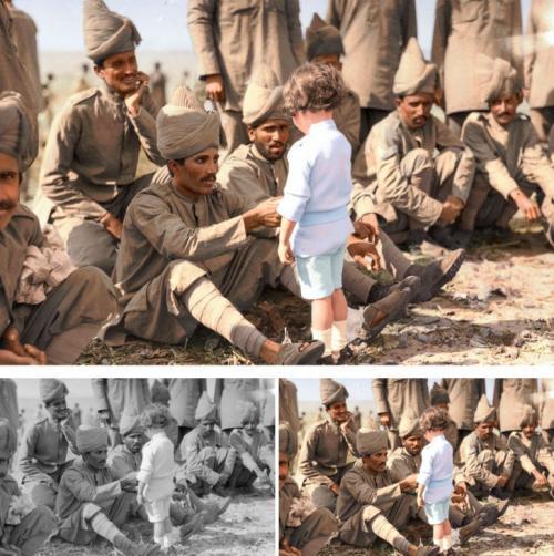 Французский мальчик знакомится с индийскими солдатами.