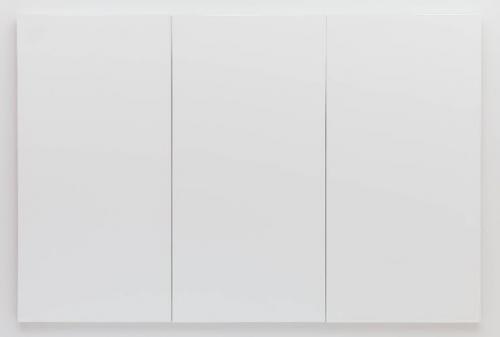 8. Белые картины, Роберт Раушенберг Еще одна серия черных картин была создана Робертом Раушенбергом (Robert Rauschenberg) в первые годы его карьеры. «Нарисованные» поверх газет, и приклеенные к холсту, они похожи на облупившуюся кору. Он также создал серию белых картин. Пять картин белой серии представляют собой коллекцию из одного, двух, трех, четырех или семи одинаковых белых холстов, которые висят рядом. Когда их впервые выставили, картины сочли дешевым трюком, но теперь их можно найти в галереях по всему миру. Поскольку краска со временем потеряла свои свойства, друзьям Раушенберга пришлось несколько раз перекрашивать их, чтобы сохранить. Раушенберг был другом композитора Джона Кейджа (John Cage). Он написал знаменитую музыкальную пьесу под названием «Четыре тридцать три», где пианист и другие исполнители сидят молча в течение 4 минут и 33 секунд. Таким образом произведение состоит из звуков окружающей среды. Пожалуй, это идеальное музыкальное сопровождение для его картин.