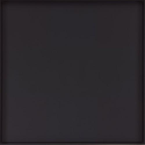 10. Абстрактная живопись, Эд Рейнхардт Адольф «Эд» Рейнхардт (Ad Reinhardt) – художник-абстракционист из Нью-Йорка, который был сторонником абстрактного экспрессионизма - подсознательного применения цвета и формы. Его ранние работы включали геометрические формы и другие традиционные техники. Но после 1940-х годов он стал рисовать полностью одноцветные картины. За последние 10 лет своей жизни он выпустил только серию квадратных полотен, окрашенных полностью в черный цвет. Они описывались как его «итоговые картины». После создания этих черных квадратов, он считал, что не осталось больше ничего, что можно было бы нарисовать. На первый взгляд они могут показаться совершенно безликими. Но есть и тонкие нюансы. Чтобы их заметить, потребуется много времени и усилий, которые не каждый готов этому посвятить. Когда картины впервые выставили в Музее Современного Искусства в Нью-Йорке, один посетитель в знак протеста отменил свое членство.