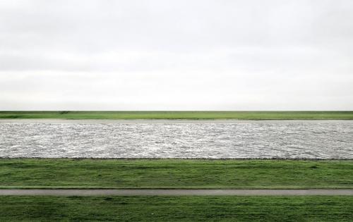 2. Рейн II, 1999 Автор: Андреас Гурски. Цена: $4 338 500 Андреас Гурски — известный немецкий фотохудожник, на счету которого множество фотографий, проданных за внушительные суммы. В 1999 году он сделал фотографию «Рейн II», на которой изображена река Рейн между двумя дамбами под хмурым дождливым небом. Всего Гурски сделал шесть снимков Рейна, и «Рейн II» — самая крупная фотография в серии. Самое интересное, что автор ретушировал фотографию в фотошопе — композицию портили постройки электростанции и прохожий с собакой. Снимок был продан на аукционе Christie's за $4 338 500 в 2011 году — покупателем стала галерея Моники Шпрют в Кёльне, а потом фотографию перекупил неизвестный коллекционер.