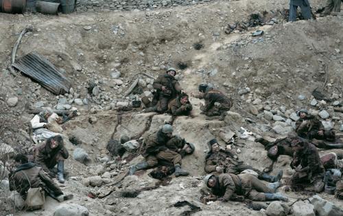 4. Говорят мертвые воины, 1992 Автор: Джефф Уолл. Цена: $3 666 500 «Говорят мертвые воины», собственно говоря, является фотоколлажом, а не фотографией. На нем изображена засада солдат Красной армии во время Афганской войны в 1986 году. Несмотря на реалистичность, это постановочная фотография: все люди на снимке — приглашенные актеры. При работе над ним Уолл использовал грим и костюмы, а сам снимок был сделан в фотостудии и позже обработан на компьютере.