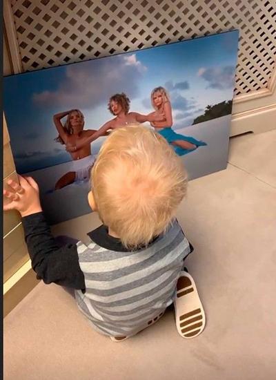"""Собчак заставила 3-летнего сына смотреть на """"голое"""" фото себя и подруг"""