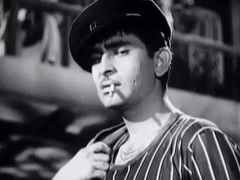 Капуромания началась сразу после первого проката в 1959 году фильма «Я бродяга». Первого, потому что на большой экран его с успехом запускали четыре раза. Всего в прокате в СССР он собрал почти 64 миллиона зрителей. Понять женщин можно: Радж Капур был удивительно обаятельным на экране, производил впечатление простого парня, этакий идеальный образец пролетария, пел романтические, легкие песни (на самом деле не он, а певец Мукеш, но кто будет разбирать), умел быть смешным и, конечно же, был красив.
