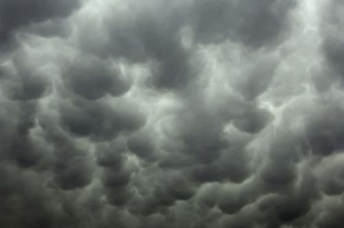 Трубчатые облака необычной формы Трубчатые облака — довольно необычные облака, которые могут погрузить Вас в прекрасное чувство расслабления и вдохновения, в мир мечтаний и иллюзий. Это чувство вызвано уникальной формой этих облаков, которая походит на гигантские трубы, цвета которых изменяются от белого к серому и другим более темным оттенкам. Эти цвета зависят от толщины облака. Это природное явление может быть замечено в большинстве мест, где начинают формироваться грозы. Эти красивые облака обычно выглядят, как группы шаров и видеть их гладкие структуры на закате — определенно настоящая редкость.