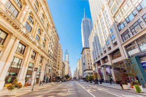 Пятая авеню, Нью-Йорк — $21 295 Пятая авеню — улица в центре Манхэттена в Нью-Йорке. Одна из самых известных, респектабельных и дорогих улиц в мире, на которой расположено множество магазинов. Средняя аренда в год обойдется в $21 295 за квадратный метр (примерно 1 млн 345 тыс. рублей).
