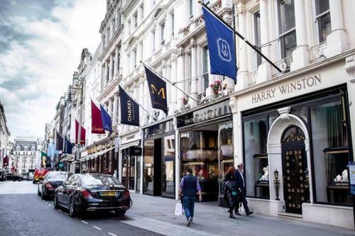 Нью-Бонд-стрит, Лондон — $16 222 Нью-Бонд-стрит — улица элитных магазинов в лондонском районе Мэйфэр. Улица названа в честь Томаса Бонда, главы синдиката застройщиков. Арендная плата $16 222 в год за квадратный метр (примерно 1 млн 24 тыс. рублей).