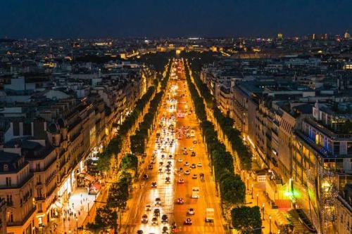 Елисейские поля, Париж — $13 922 Елисейские поля — простираются в самом сердце Парижа от площади Конкорд до Триумфальной арки. Стоимость аренды $13 922 в год (примерно 879 тыс. рублей).