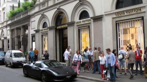 Виа Монтенаполеоне, Милан — $13 700 Виа Монтенаполеоне — одна из центральных улиц Милана, проходит сквозь Квартал моды. На улице расположены бутики известных домов высокой моды из-за этого стоимость аренды достаточно высока и составляет $13 700 в год (примерно 865 тыс. рублей).