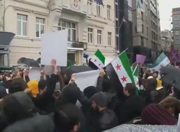 Турки устроили протест уроссийского консульства после авиаударов вИдлибе