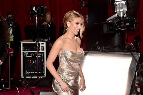 Скарлетт Йоханссон Серьги и браслеты из 18-каратного белого золота c бриллиантами The Forevermark x Anita Ko В этом году актрису впервые номинировали на «Оскар» и сразу в двух номинациях — за лучшую женскую роль в «Брачной истории» и лучшую женскую роль второго плана в «Кролике Джоджо». И хоть статуэтку Йоханссон не получила, все равно попала в списки награждений — за лучший образ.