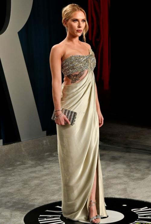 Платье Oscar de la Renta дополнили украшения стоимостью $2.5 млн. Украшения из 18-каратного белого золота — серьги c бриллиантами 26,65 карат и браслеты с бриллиантами 29,15 карат — тоже создавали под «Оскар», в рамках коллаборации ювелирного бренда Forevermark и дизайнера Аниты Ко.