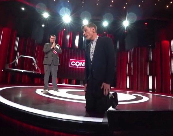 """""""Умоляй его!"""": униженный Воля просил прощения на коленях со сцены Comedy Club"""