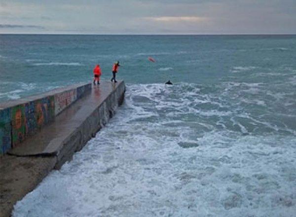 В Крыму огромная волна смыла с пирса туристов, оба погибли