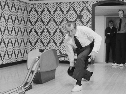 4. Боулинг Рядом с Шоколадной лавкой на первом этаже резиденции находится Боулинг Гарри С. Трумэна, излюбленное место обитателей Белого дома. Первый боулинг в Белом доме был сконструирован для Гарри Трумэна в 1947 году, а в 1969 году Ричард Никсон перенес его на нынешнее место под входом в северную галерею.