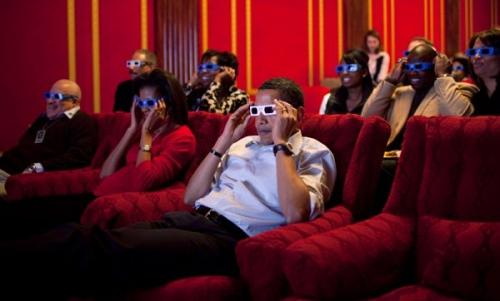 5. Семейный кинотеатр Семейный кинотеатр – это кинотеатр на 42 места, расположенный в восточном крыле Белого дома, на первом этаже. По просьбе президента киностудии предоставляют свои фильмы для просмотра в кинотеатре, при этом кинематографисты рады возможности, что президент посмотрит их фильм. В 2017 году первым фильмом, показанным в кинотеатре для Дональда Трампа, был «В поисках Дори». Фильмы показывали в Белом доме со времен президентства Вудро Вильсона, но именно Франклин Д. Рузвельт превратил бывший гардероб в специализированный кинотеатр.